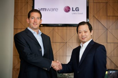 Dr. Stephen Herrod, CTO and senior vice president of R&D at VMware, shaking hands with Ki S. Kim, vice president of Global Enterprise Solutions at LG Electronics Mobile Communications Company